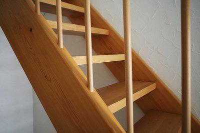 Wenn eine Treppe zum unüberwindbaren Hindernis wird, kann ein Treppenlift helfen.
