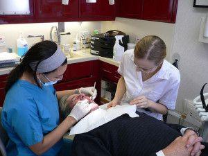 Ein Besuch beim Zahnarzt tut der Zahngesundheit gut.