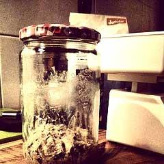 Vor dem Brot backen: Sauerteig im Glas aufbewahren.