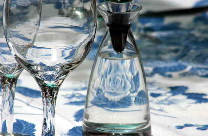 Mit Eierschalen Flaschen und Karaffen reinigen