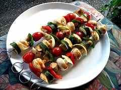 Auch zu vegetarischen Spießen passen die Saucen