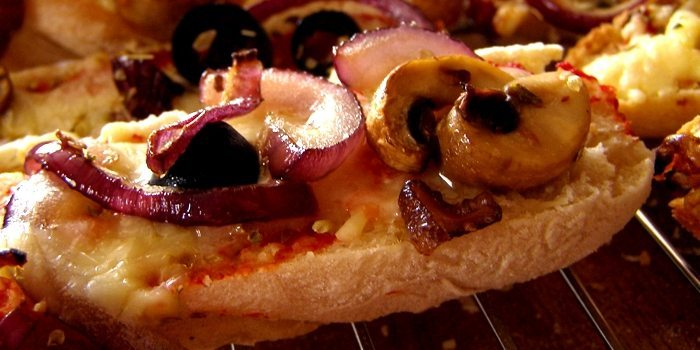 Pizza-Baguettes aus Fladenbrot