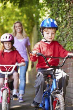Kinder mit dem Fahrrad