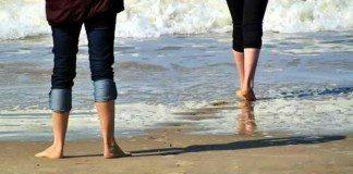 Barfußlaufen am Strand macht richtig Spaß