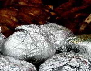 Die Grillkartoffeln in Alufolie garen