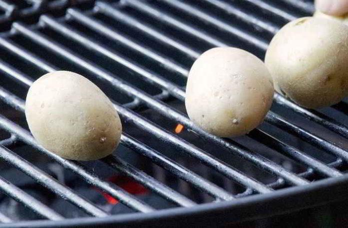 Mit diesem Trick werden Grillkartoffeln gleichmäßiger gar