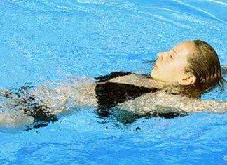 Rückenschwimmen stärkt nicht nur die Muskeln