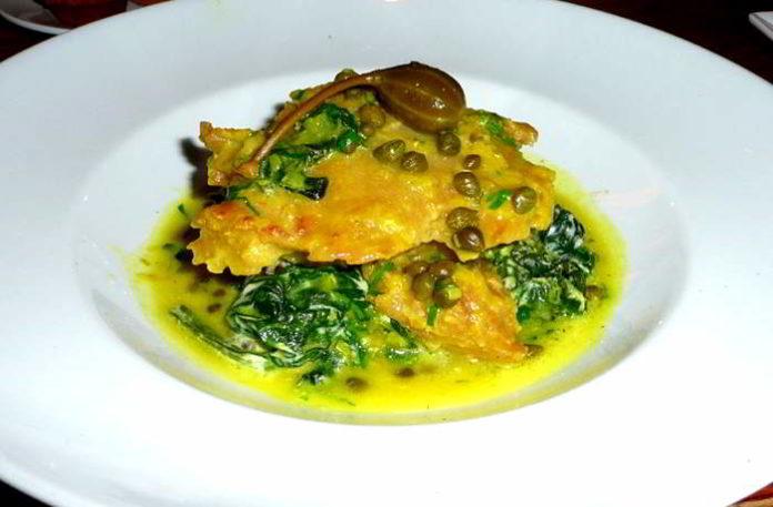 Seitan Piccata - mit Spinat , gegrilltem Kartoffelkuchen , Pilzen , Zitronen - Kapern-Sauce