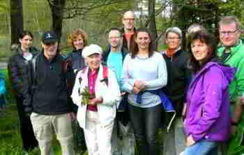 Kräuterpädagogin Inge Bock mit Teilnehmergruppe
