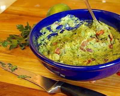 Eine klassische Guacamole mit Avocados