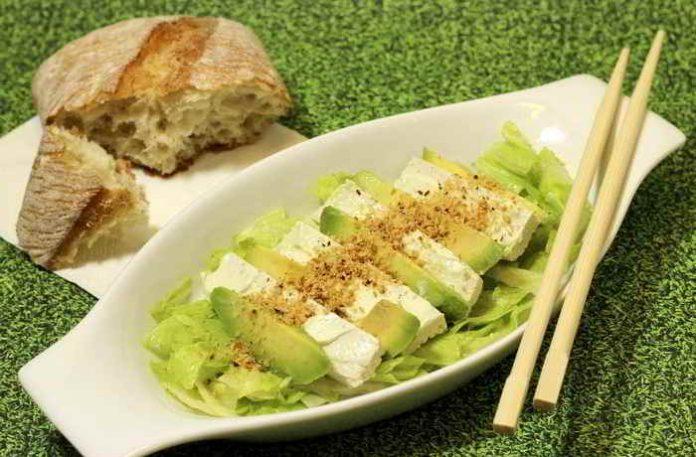 Selbst gemachter Tofu mit Avocadosalat