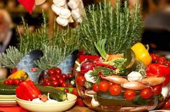 Viele Gemüse- und Kräutersorten passen zum Körnerbrot
