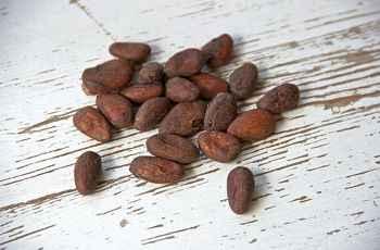 Bei der Herstellung von Kakao-Nibs entfällt das Zermahlen der Kakaobohnen. Sie werden lediglich zerhackt.
