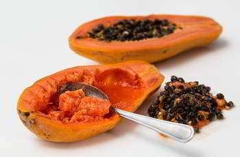 Auch Papayas helfen gegen Mitesser