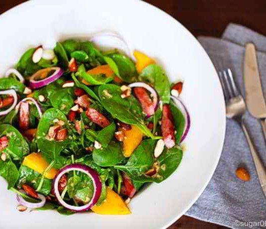 Spinat und Obst - eine vitaminreiche, exotische Kombination