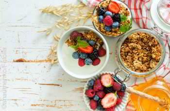 Granola schmeckt auch mit Obst und Trockenfrüchten super lecker
