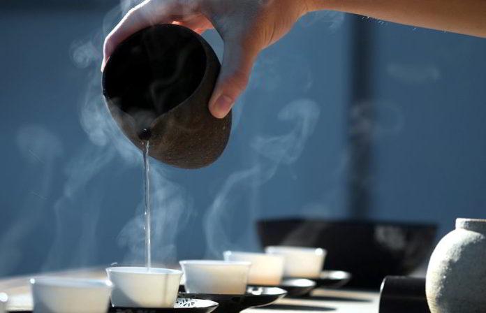Speiseröhrenkrebs durch zu heißen Tee? Studien weisen darauf hin